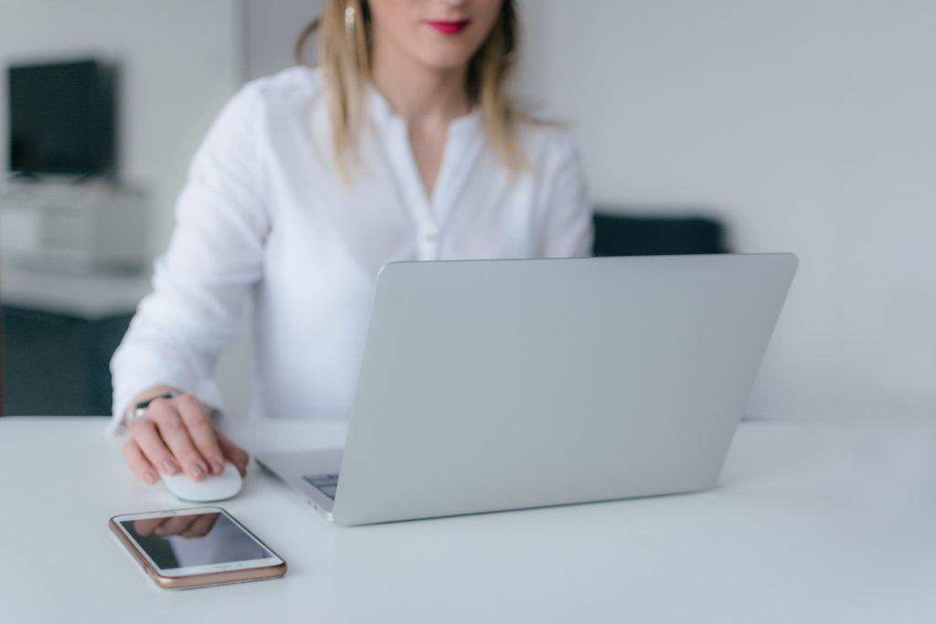 vroue gebruikt laptop